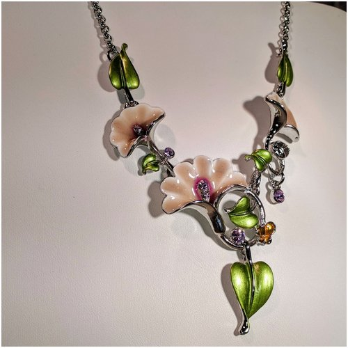 Flower Necklace With Green Leaves